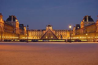 Louvre_at_night_centered